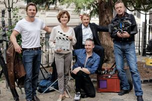 """Felix Klare, Viktoria von Trauttmansdorff, Regisseur Piotr J. Lewandowski, Richy Müller und Kameramann Jürgen Carle (v.l.) am Set der """"Tatort""""-Episode """"Hüter der Schwelle"""""""