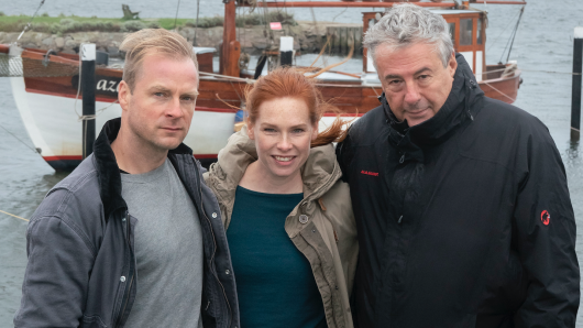 Beim Dreh an der Küste: Hinnerk Schönemann, Henny Reents und Regisseur  Markus Imboden (v.l.)