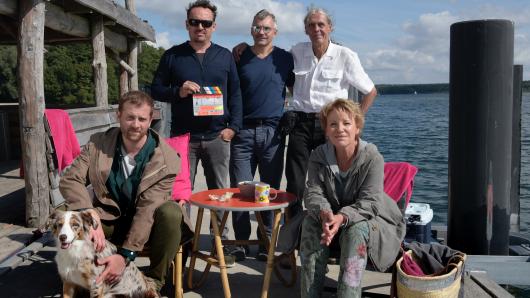 Mit Hundedame Hoonah, Christoph Schechinger, Regisseur Philipp Osthus, Produzent Ivo-Alexander Beck und Kameramann Joachim Hasse (v.l.n.r.) realierste Mariele Millowitsch gerade den ersten Film der neuen ARD-Reihe Käthe und ich.