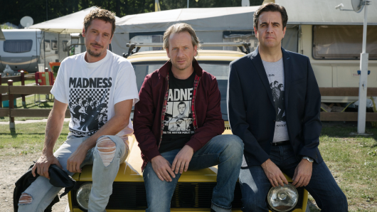 Seit über 20 Jahren Fans der Band Madness: Paul (Hans Löw), Ole (Fabian Busch) und Alexander (Bastian Pastewka) in Sommer nach dem Abitur