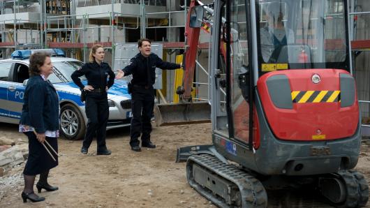 Nina Sieveking (2.v.l.) und Daniel Schirmer (Sven Fricke, r.) haben in der Auftaktepisode der 32. Großstadtrevier-Staffel die unliebsame Aufgabe, eine besetzte Baustelle zu räumen.