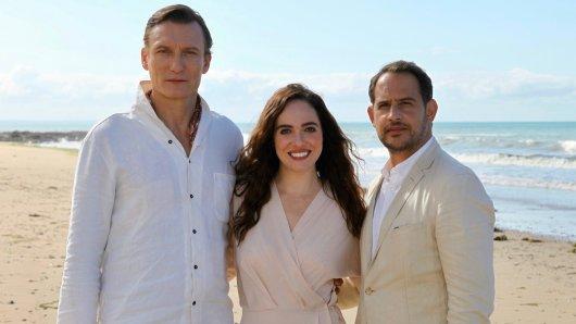 Oliver Masucci (l.), Verena Altenberger und  Moritz Bleibtreu stehen für die allerletzte Folge der ZDF-Krimireihe Schuld gemeinsam vor der Kamera.