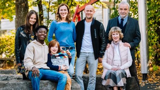 Bianca Nawrath, Sidney Holtfreter, David Grüttner, Bettina Lamprecht, Jürgen Vogel, Beatrice Richter, Walter Kreye (v.l.) machen als Familie turbulente Zeiten durch