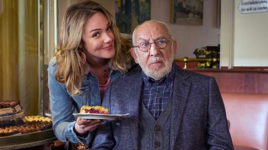 Trixi Kuntze (Alwara Höfels) kümmert sich in der ZDF-Komödie Mein Freund, das Ekel um den störrischen Olaf Hintz (Dieter Hallervorden).