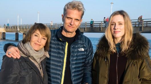 Regisseur Andreas Senn mit seinen beiden Usedom-Krimi-Hauptdarstellerinnen Katrin Sass (l.) und Neuzugang Rikke Lylloff