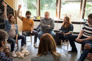 """""""Das Schlimmste am Elternsein sind immer die anderen Eltern!"""": In der neuen TNT Comedy-Serie geraten ein paar Hipster-Eltern aneinander"""