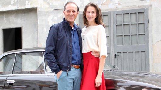 Julia Becker (Natalia Belitski) lernt im ZDF-Dreiteiler Bella Germania ihren tot geglaubten Vater Vincenzo Marconi (Stefan Kurt) kennen.