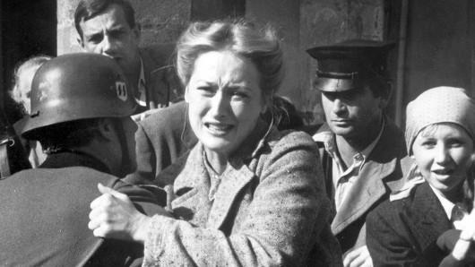 Meryl Streep muss als Inga Helms-Weiss hilflos mitansehen, wie ihr Mann abgeholt und in ein Konzentrationslager gebracht wird.