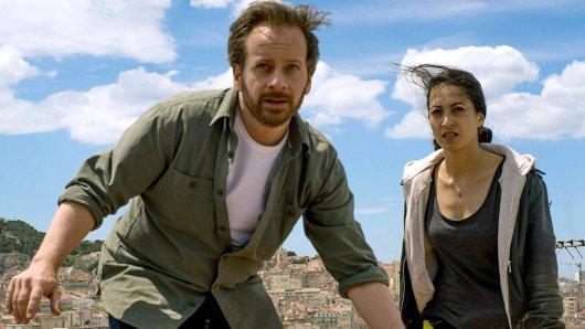 Fabian Busch als Bruno und Sabrina Amali als Aliya über den Dächern von Marseille
