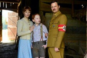 Feik (Philipp Hochmair) setzt Anna (Lisa Wagner) und ihren Sohn Felix (Xari Wimbauer) unter Druck.