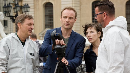 Karow (Mark Waschke, 2.v.l.) und Rubin (Meret Becker) mit den Kollegen der Spurensicherung