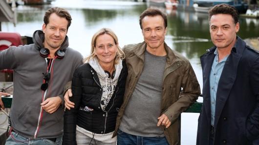Seit dem 9. Juli 2019 drehen Regisseur Peter Stauch und Produzentin Barbara Thielen mit den Darstellern Hannes Jaenicke und Fedja van Huêt (v.l.n.r.) in Amsterdam zwei neue Fälle der Amsterdam-Krimi-Reihe.