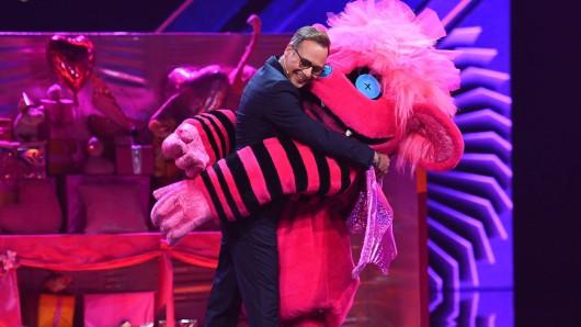 Moderator Matthias Opdenhövel und das Monster im quietschbunten Kostüm haben ProSieben mit The Masked Singer einen Quotenhit beschert.
