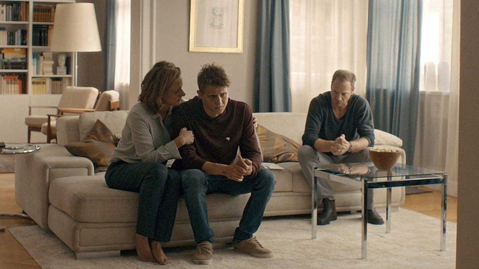 """Trouble in der """"Aus der Haut""""-Familie: Susann (Claudia Michelsen), Problemsohn Milan (Merlin Rose) und Gustav (Johann von Bülow)"""