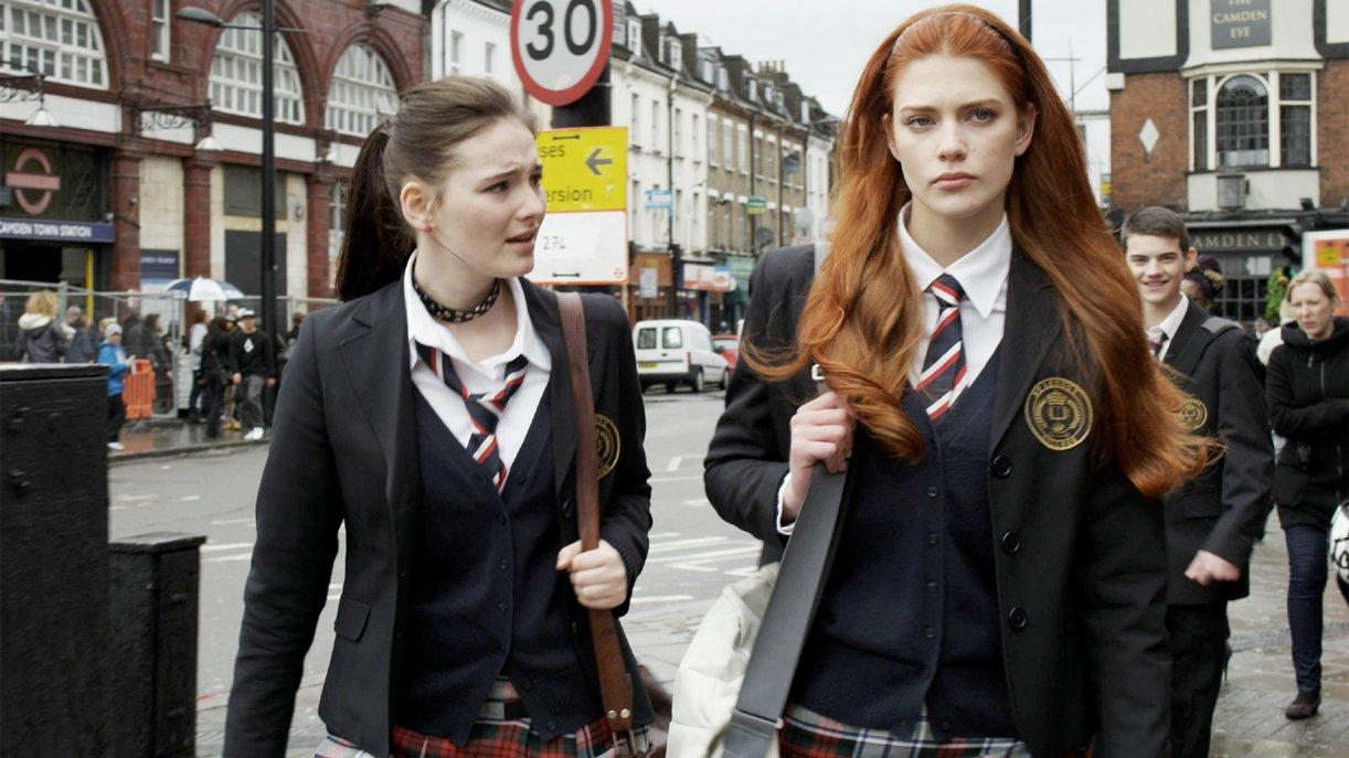 Charlotte (Laura Berlin, r.), die jahrelang glaubte, dass sie eine außergewöhnliche Gabe hat, ist schwer enttäuscht, dass es ihre Cousine Gwen (Maria Ehrich) ist, die das Zeitreise-Gen in sich trägt.