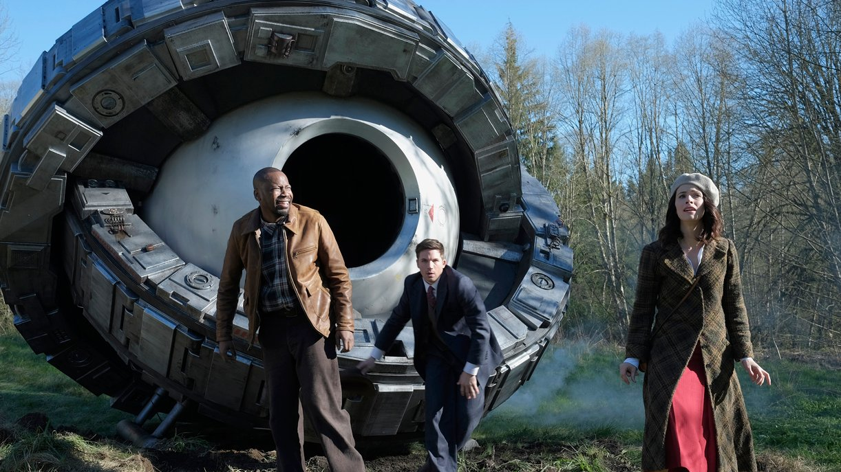"""Das """"Timeless""""-Trio: Malcolm Barrett (l.) als Rufus Carlin, Matt Lanter (M.) als Wyatt Logan und Abigail Spencer als Lucy Preston"""