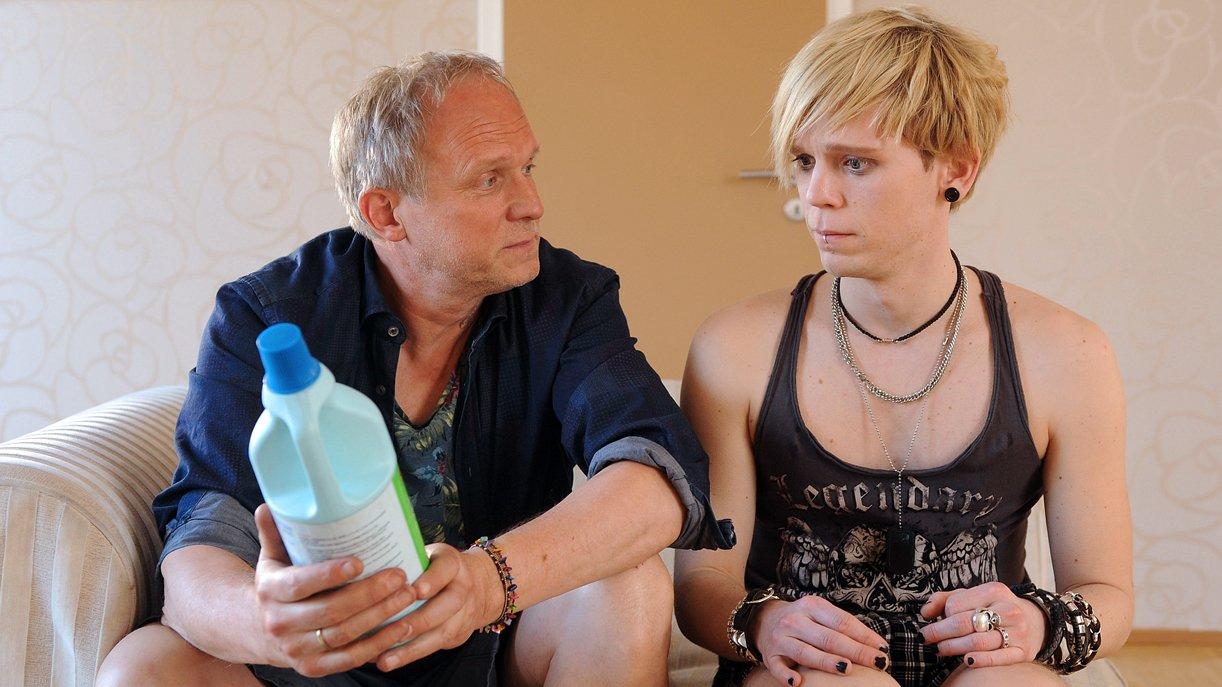 Holger Lenz (Ulrich Tukur) und Sohn Linus (Simon Jensen) haben einiges ins Reine zu bringen.