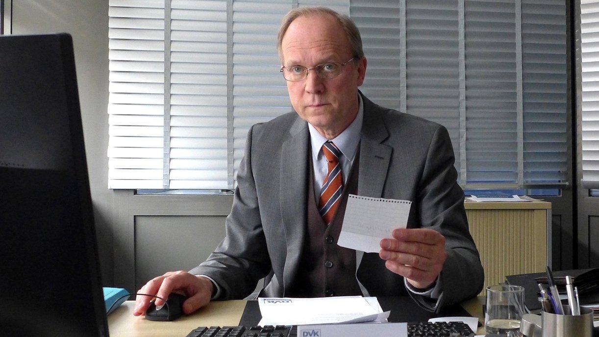 Sein Alltag ist grau: Holger Lenz (Ulrich Tukur), stellvertretender Bezirksleiter einer Versicherung.