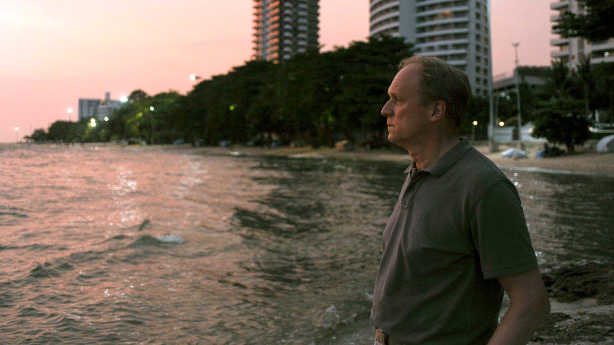 Holger Lenz (Ulrich Tukur) reist nach Thailand, um das Apartment seines verstorbenen Vaters zu verkaufen.