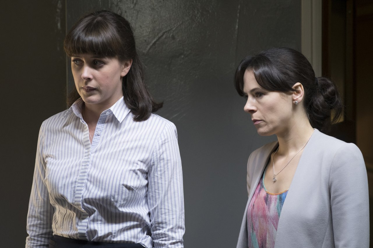 DS Joy Freers (Alexandra Roach, r.) und DC Dinah Kowalska (Elaine Cassidy, l.)