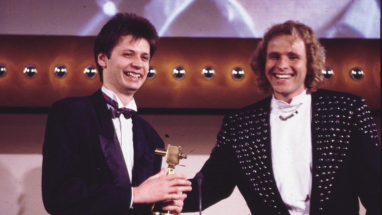 GOKA-Moments: Günther Jauch bekommt 1989 von Kumpel Thomas Gottschalk seine erste Kamera überreicht