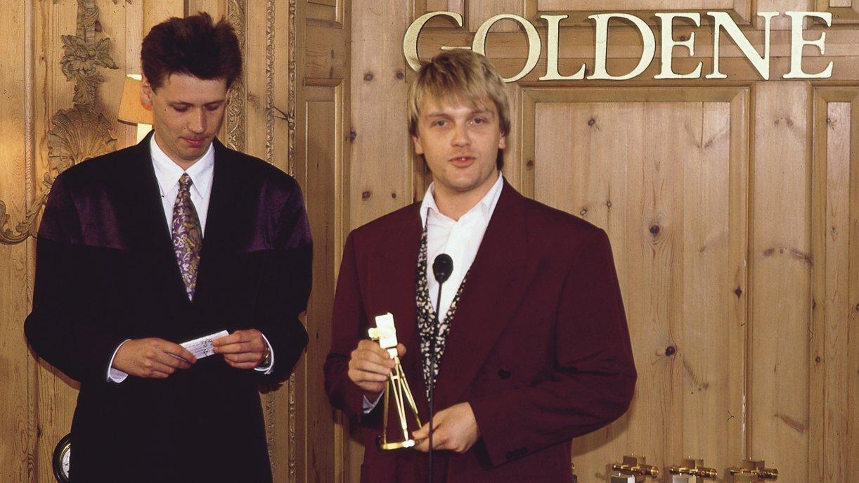Als Moderator überreicht Günther Jauch 1991 die GOLDENE KAMERA an Kollege Hape Kerkeling