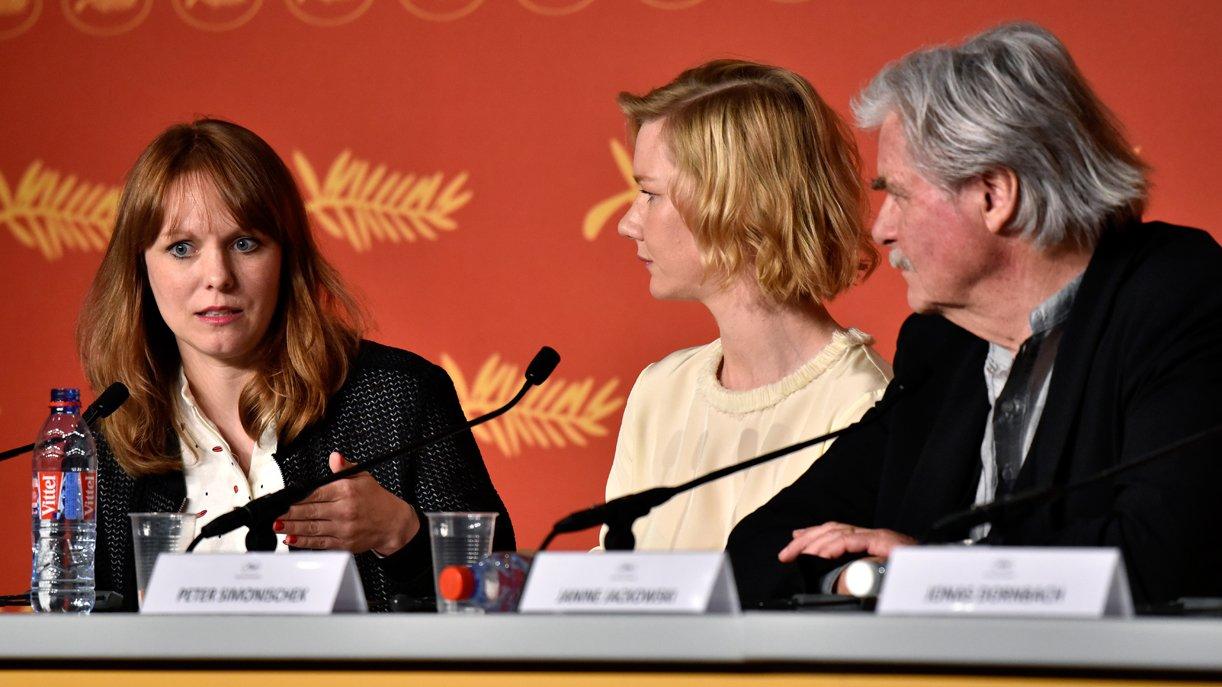 """Cannes 2016: Regisseurin Maren Ade (l.) bezieht mit ihren """"Toni Erdmann""""-Stars Sandra Hüller und Peter Simonischek auf der Pressekonferenz Position"""