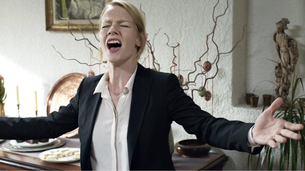 Die Businessanzug-Rüstung ist gefallen: Ines (Sandra Hüller) schmettert Whitney Houston