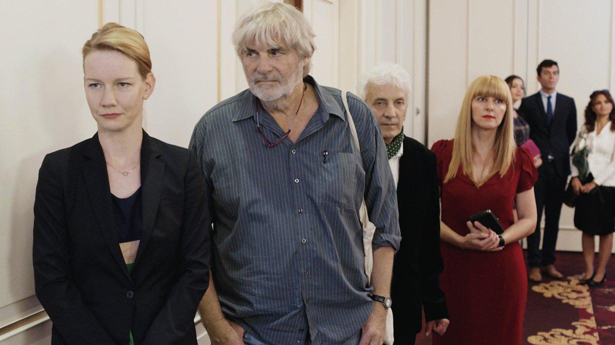 Treffen der Generationen: Als Winfried (Peter Simonischek) überraschend auf ihrem Businesstrip nach Rumänien auftaucht, ist Unternehmensberaterin Ines (Sandra Hüller) not amused