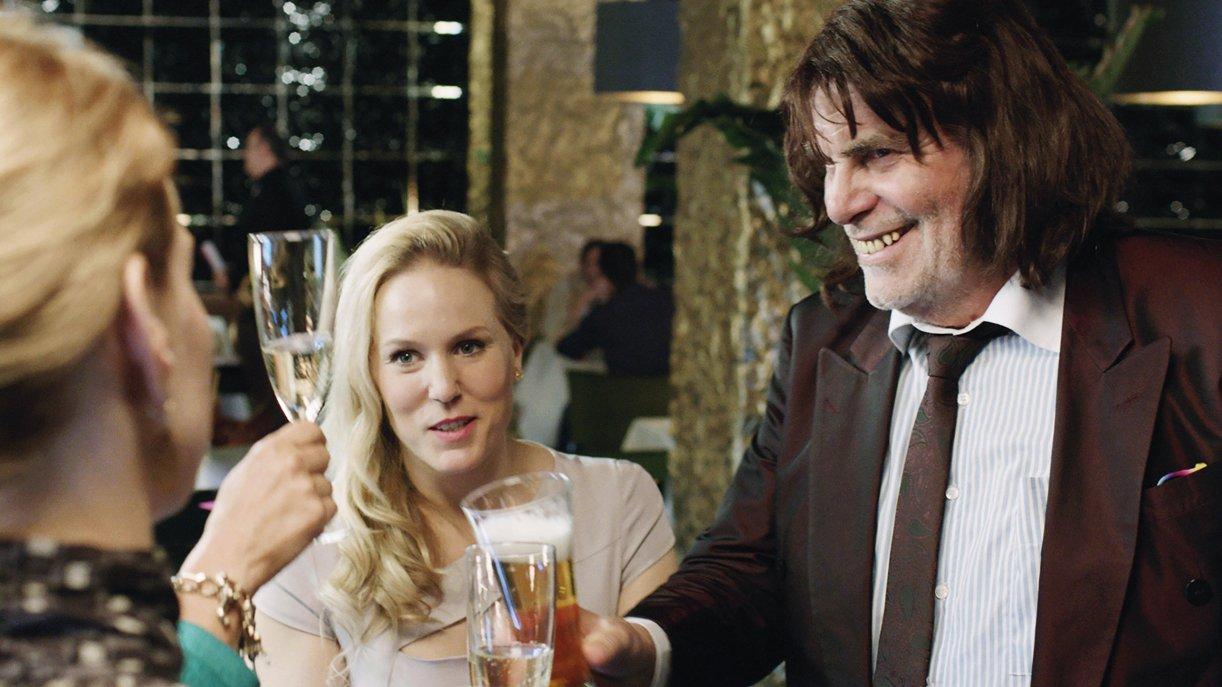 """Hoch die Tassen: """"Toni Erdmann"""" (Peter Simonischek) geht als Favorit in den deutschen Oscar-Vorentscheid"""