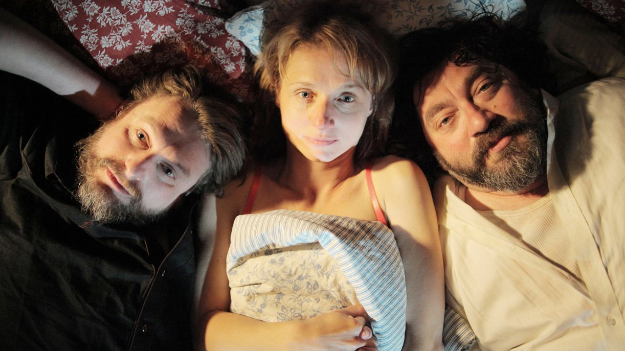Flasche (Peter Trabner) ist immer mit dabei und liegt bei Anika (Christina Große) und Tobias (Heiko Pinkowski) mit im Bett.