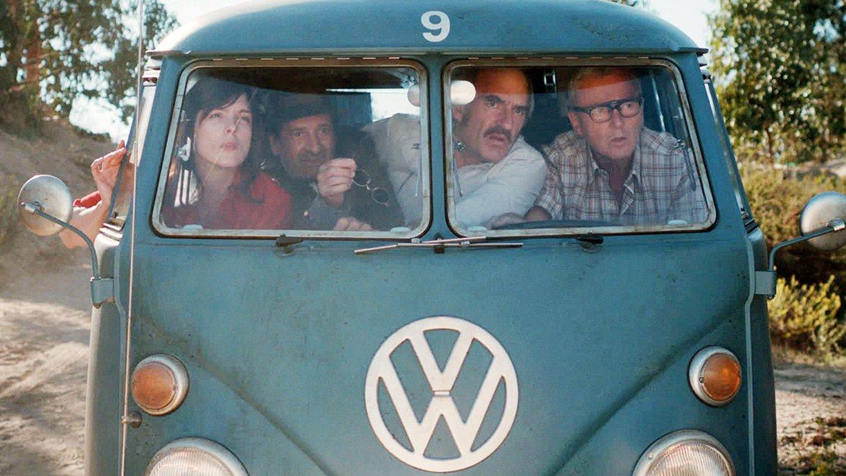 Mit dem VW-Bus auf der Suche nach Entwicklungsprojekten: Julie (Valérie Donzelli, l), Cauvin (Michel Vuillermoz, 2.v.r.) und Bob (Patrick Lapp, r)