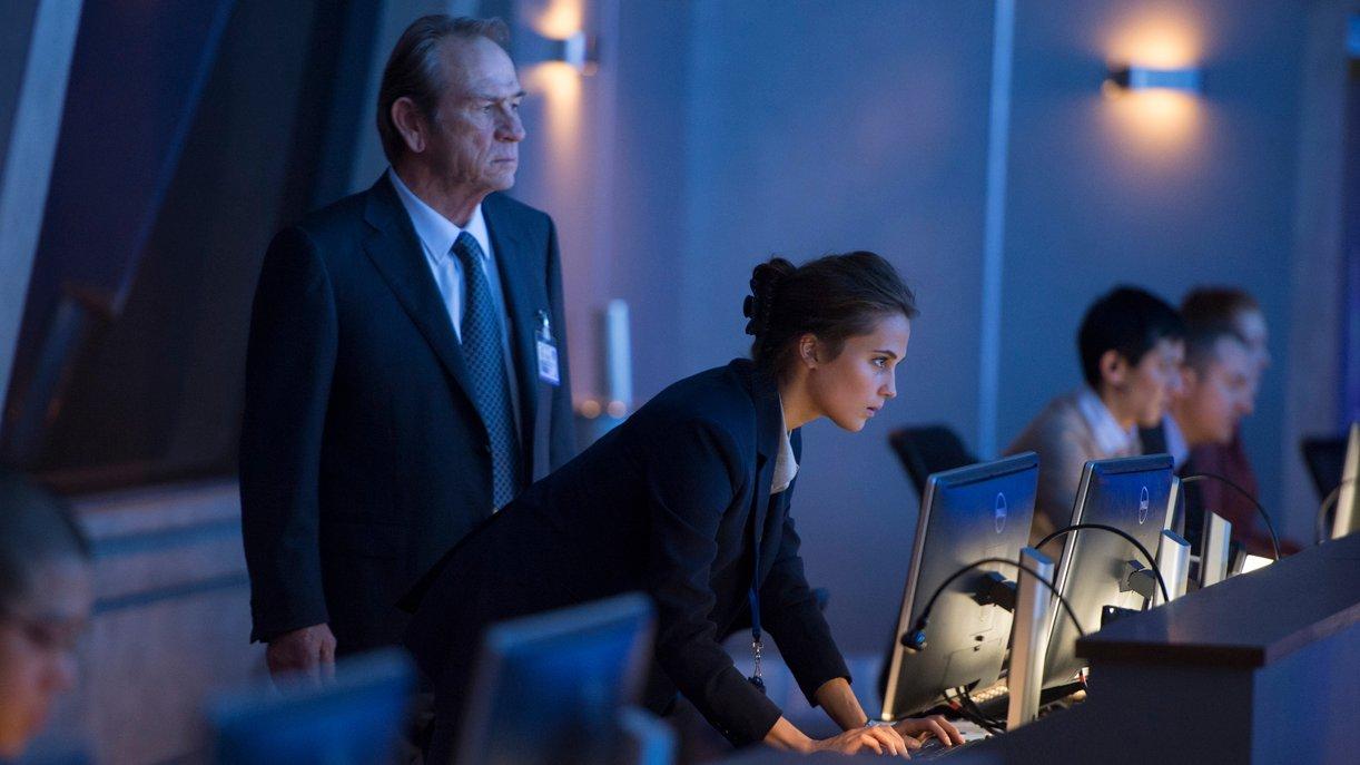 Nicht nur CIA-Agenten (Tommy Lee Jones, Alicia Vikander) sind hinter Bourne her ...