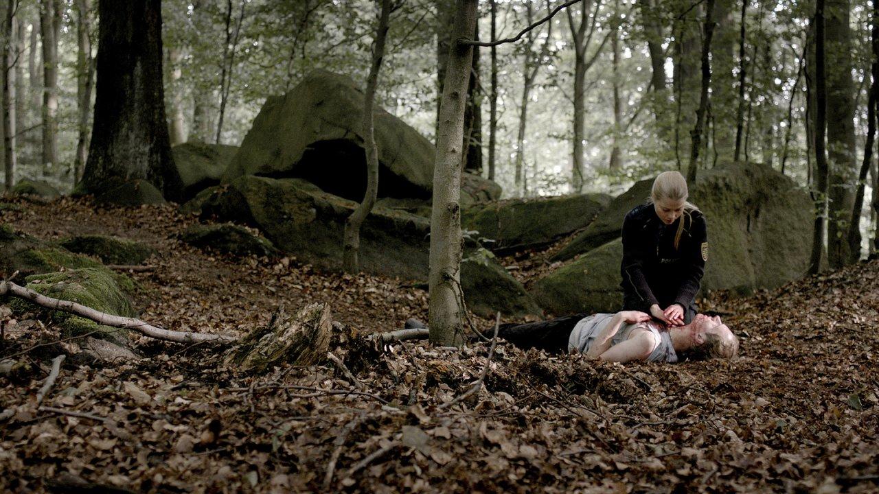 Drama im Wald: Auf der Jagd nach Drogenschmugglern erschießt Polizistin Elke (Henrike von Kuick) einen jungen Tschechen