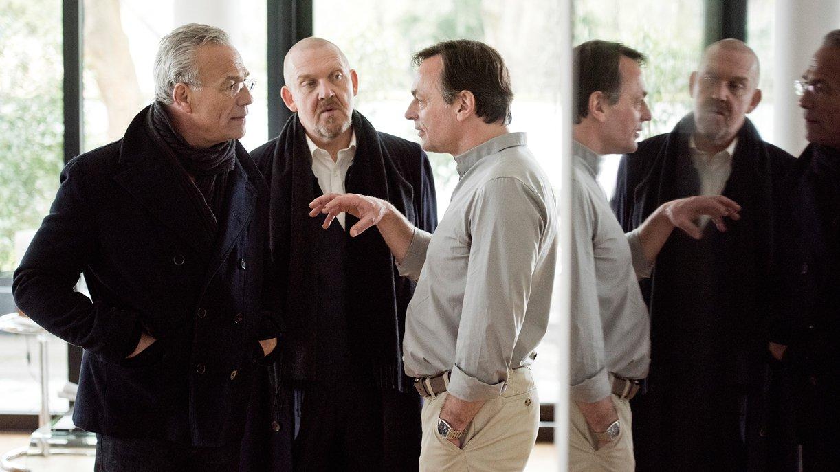 Kommissar Max Ballauf (Klaus J. Behrendt, l.) und Freddy Schenk (Dietmar Bär, M) stellen den Journalisten Ole Winthir (Peter Benedict) zu Rede
