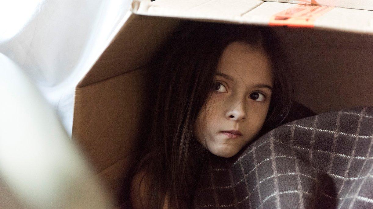 Die achtjährige Anna (Julie-Helena) hat sich versteckt, als in der Nacht ihre Mutter und ihr Bruder getötet wurden