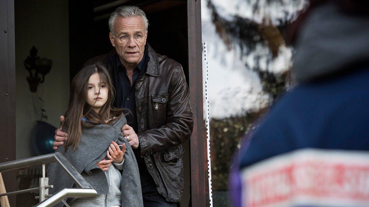 Anna (Julie-Helena) wird von Kommissar Max Ballauf (Klaus J. Behrendt) in Sicherheit gebracht.