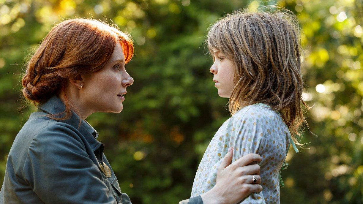Grace (Bryce Dallas Howard) findet den zehnjährigen Pete (Oakes Fegley) im Wald
