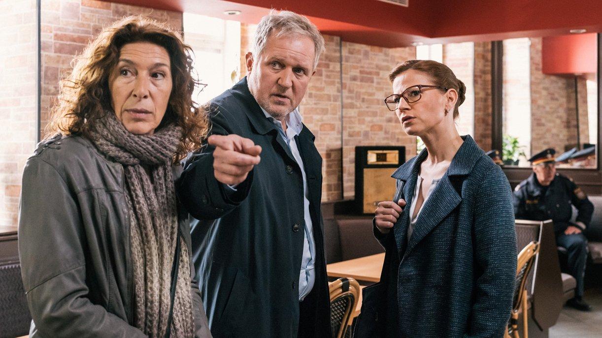 Bibi Fellner (Adele Neuhauser, li.) und ihr Kollege Moritz Eisner (Harald Krassnitzer) sprechen mit Daniela Vopelka (Kristina Sprenger).
