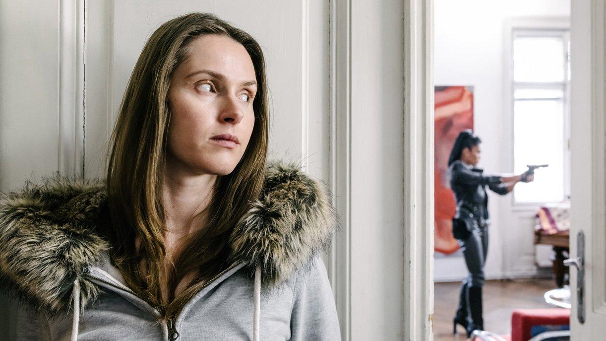 "Die Prostituierte Victoria Oshchypko (Janina Rudenska) wird von Mina Sandra Nomura ""Asia"" (Puti Pandeka Kaisar) verfolgt."