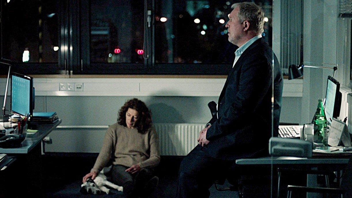 Bibi Fellner (Adele Neuhauser) streichelt den Terrier