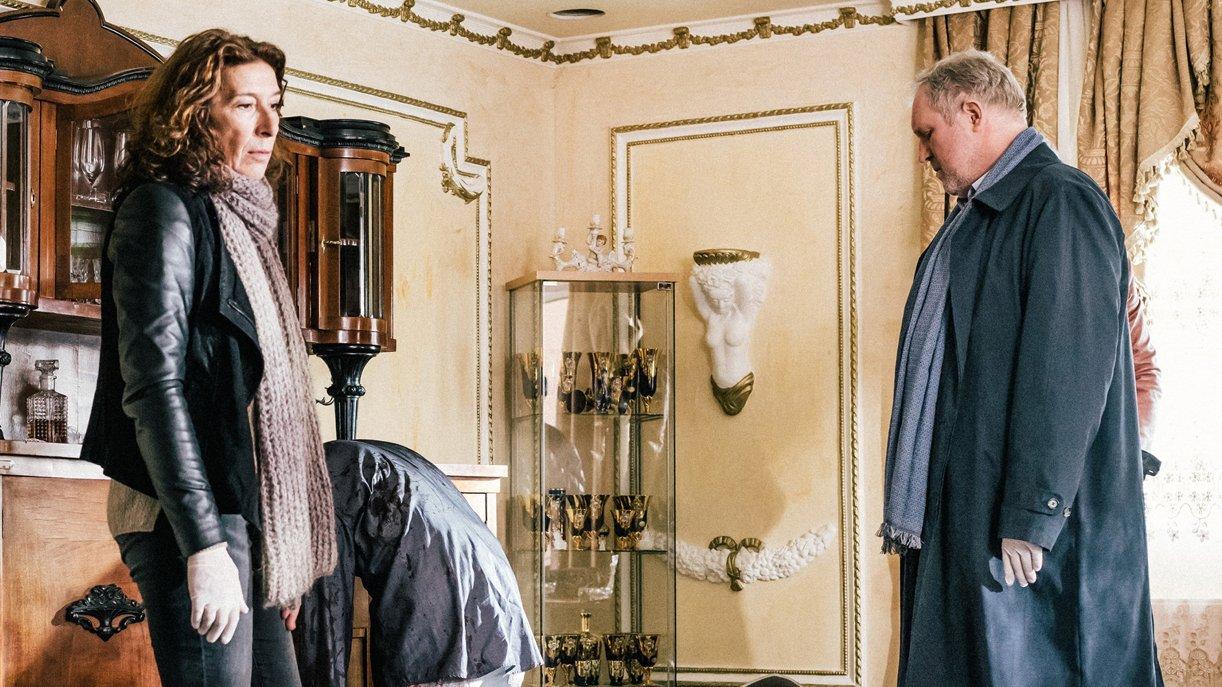 Bibi Fellner (Adele Neuhauser) und ihr Kollege Moritz Eisner (Harald Krassnitzer) untersuchen den Tatort.