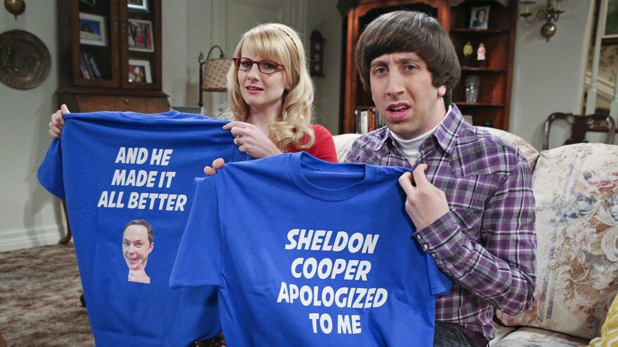 Howard (Simon Helberg, r.) und Bernadette (Melissa Rauch, l.) sind von Sheldons Art sich zu entschuldigen nicht so begeistert