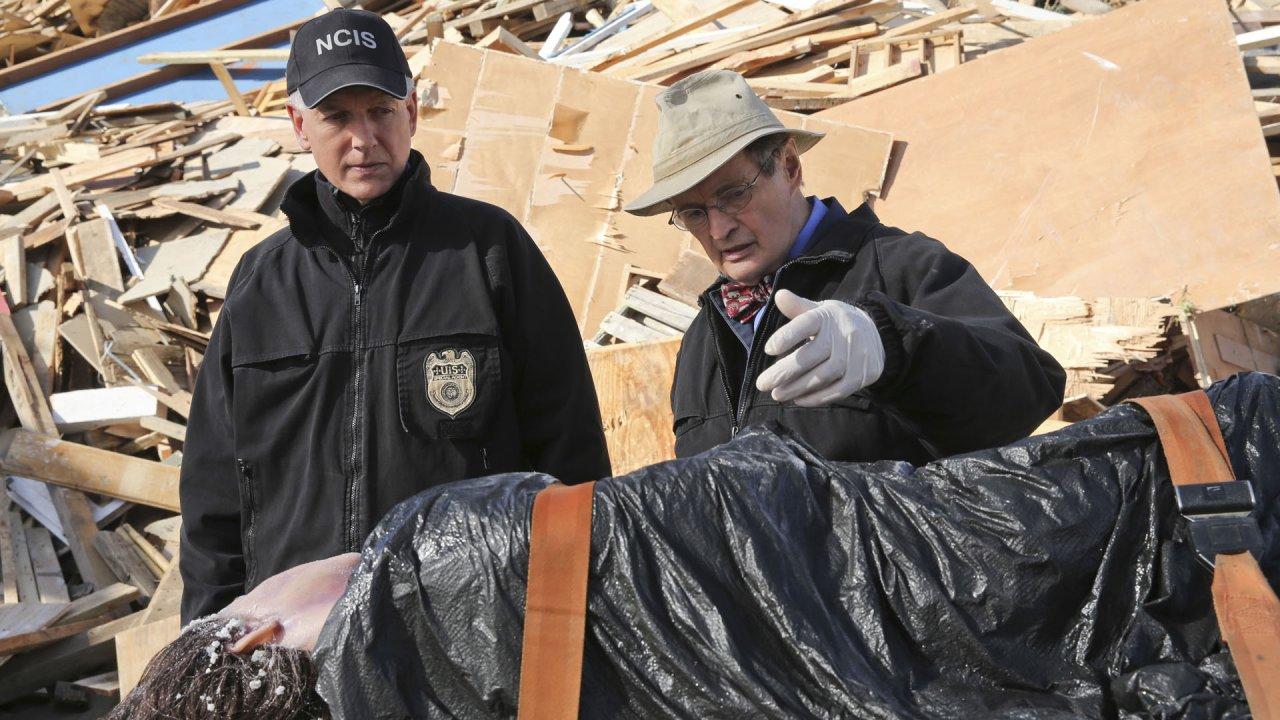 """Special Agent Gibbs (Mark Harmon) und Gerichtsmediziner Mallard (David McCallum) machen in der Folge """"Mädchenhandel"""" eine grausige Entdeckung"""