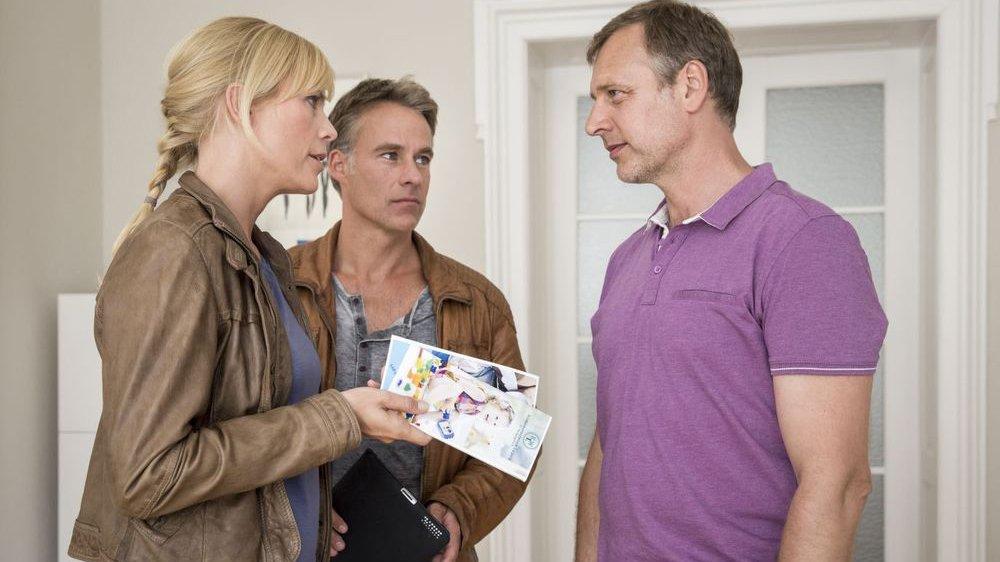 """In der Episode """"Wunschkind"""" fühlen die Kommissare Ina Zimmermann (Melanie Marschke) und Jan Maybach (Marco Girnth) Dr. Koch (Christoph Grunert) auf den Milchzahn"""