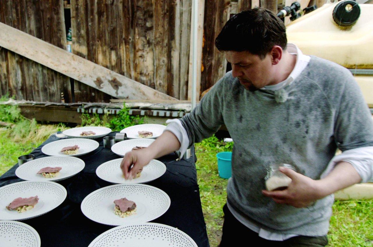 """In der ersten Episode der zweiten """"Kitchen Impossible""""-Staffel wird Tim Mälzer von Maria Groß in die österreichischen Berge geschickt"""