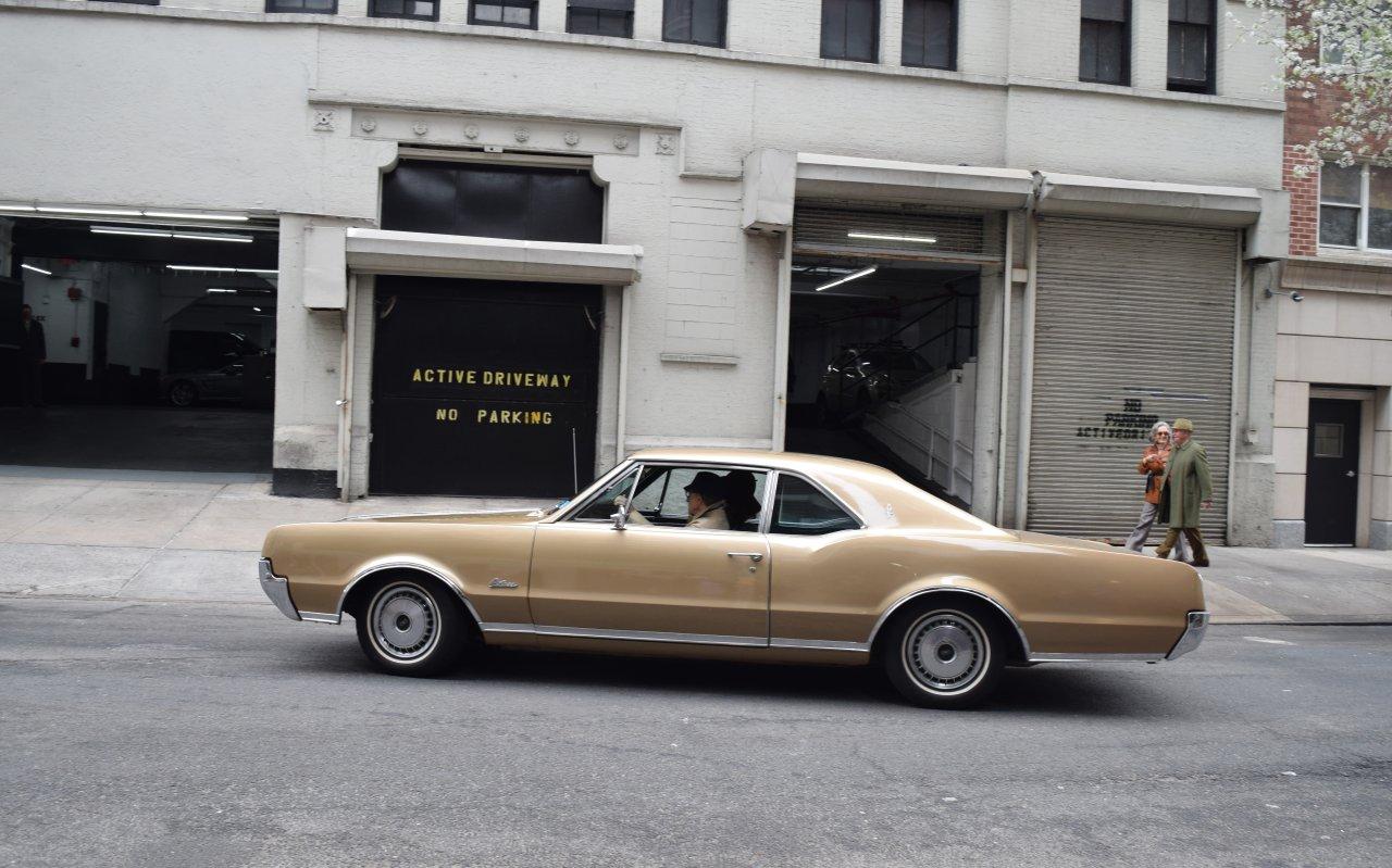 """Woody Allen in Action: Für """"Crisis in Six Scenes"""" sitzt er erstmals seit 1979 wieder hinter dem Steuer eines Autos"""