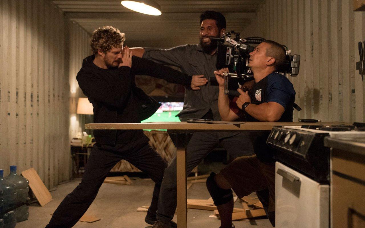 """Haut nicht nur Martial-Arts-technisch öfter mal daneben: """"Iron Fist""""-Darsteller Finn Jones"""