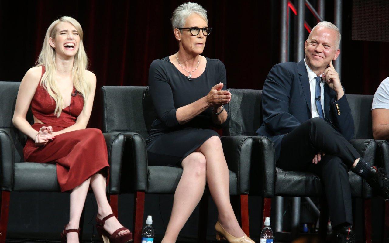 """Frauen und Frauenversteher unter sich: """"Scream Queens""""-Showrunner Ryan Murphy und seine Schreiköniginnen Emma Roberts (l.) und Jamie Lee Curtis"""
