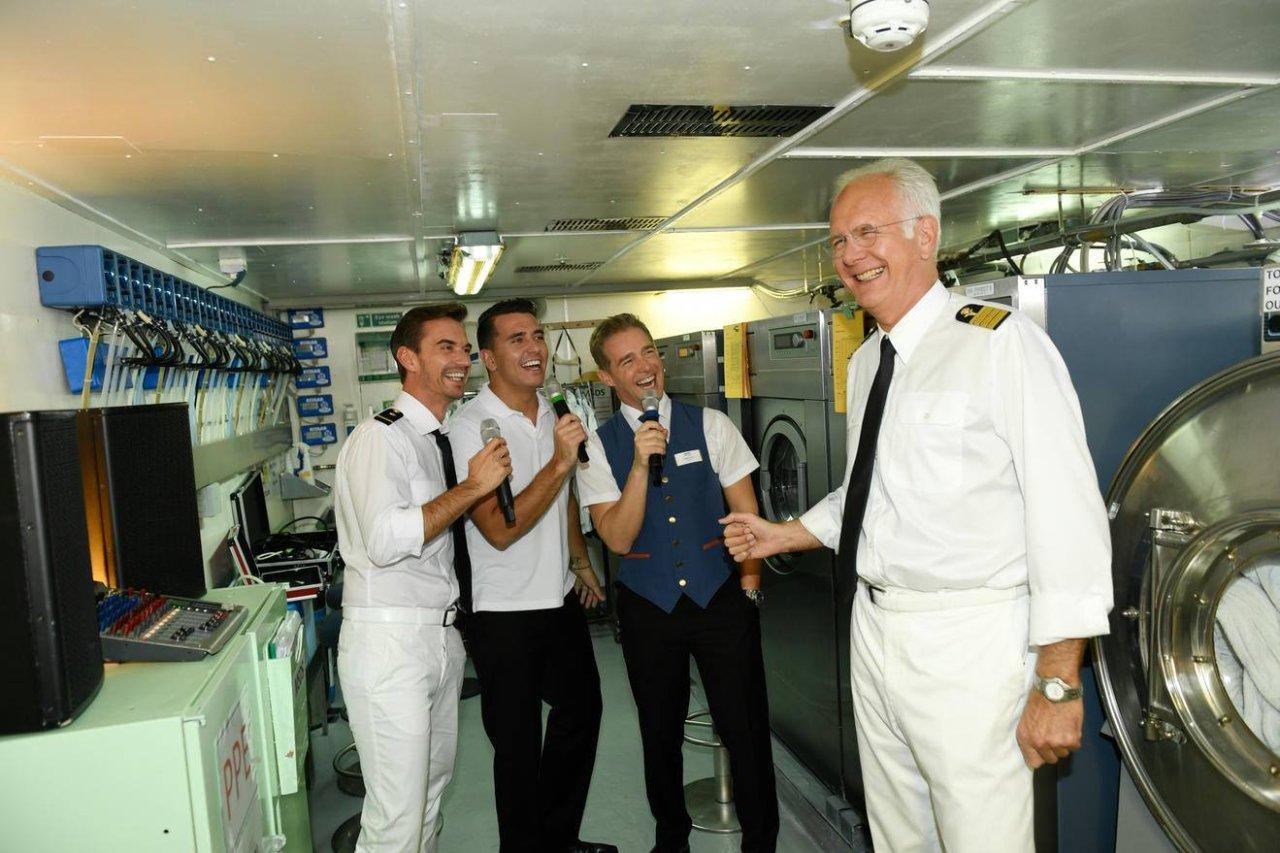 Gipfeltreffen der TV-Welten an Bord des Traumschiffs: das Schlager-Trio Florian Silbereisen (l.), Jan Smit und Christoff mit Satire-Ikone Harald Schmidt